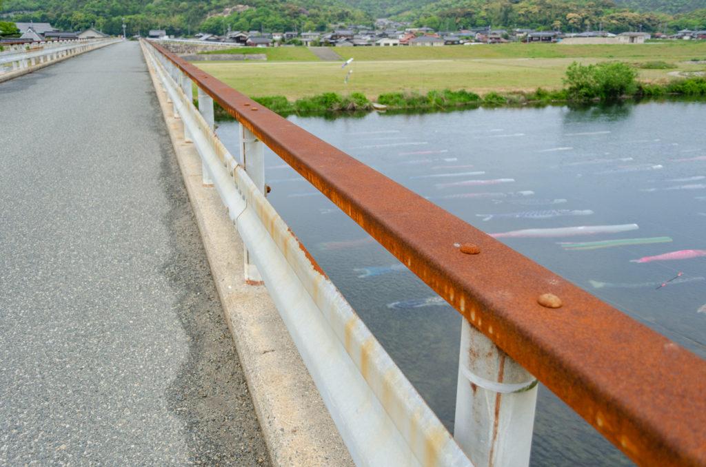 水中鯉のぼりを見る橋